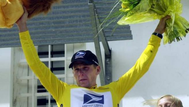 El exciclista estadounidense, Lance Armstrong, de amarillo en el Tour de Francia.