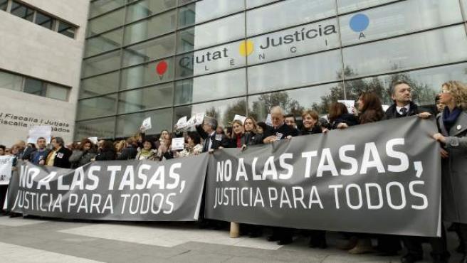 Protesta de jueces y fiscales ante las puertas de la Ciudad de la Justicia de Valencia.