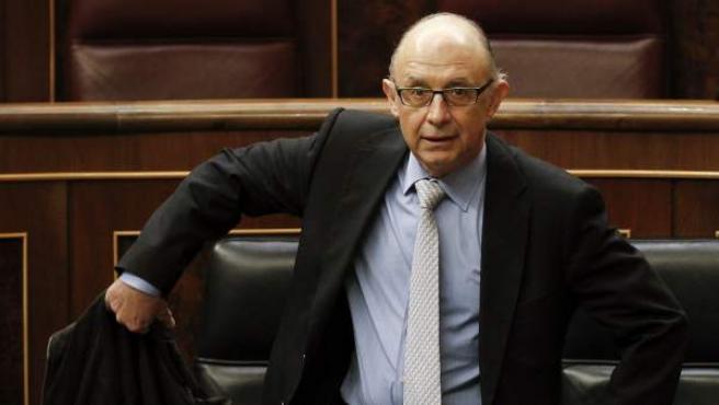 El ministro de Hacienda a su llegada al pleno que ha debatido y vota la aprobación definitiva de los presupuestos generales del Estado para 2013.