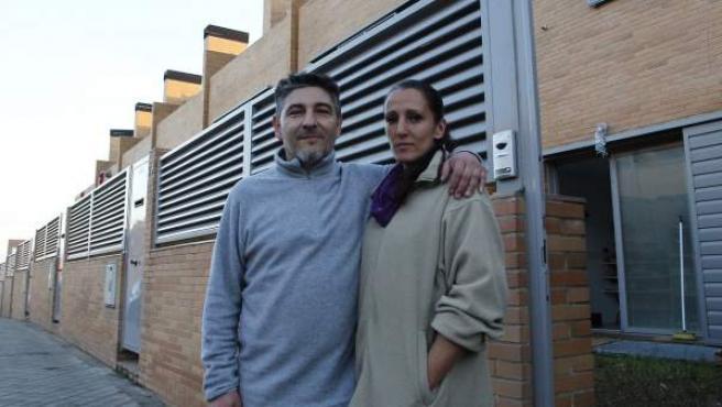 Javier y Estrella, en el exterior del chalé que ocupan en Valdemoro.