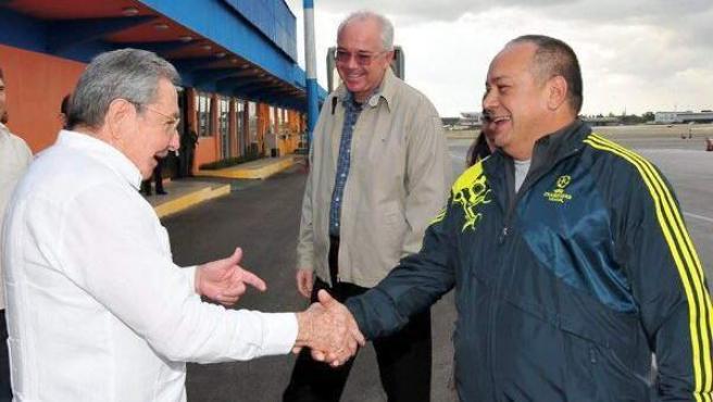 Imagen cedida por el periódico oficial cubano Juventud Rebelde el 13 de enero de 2013, que muestra al presidente cubano Raúl Castro (dcha) en un apretón de manos con el presidente de la Asamblea Nacional de Venezuela, Diosdado Cabello (izda) en su llegada a La Habana (Cuba) el 12 de enero de 2013.