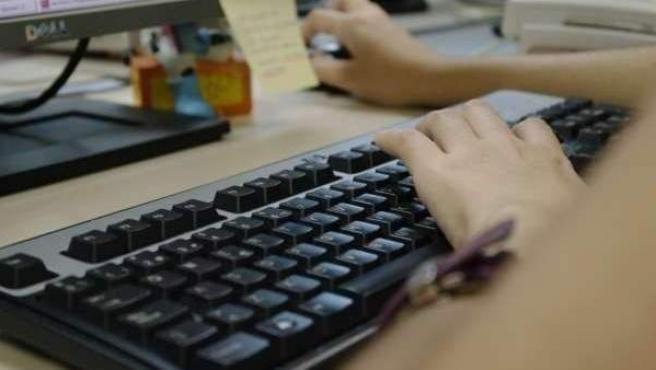 Una persona usando un ordenador.