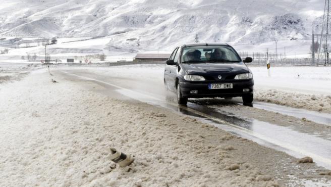 Un coche en la carretera N-420 a su paso por Mezquita de Jaque (Teruel), donde la nieve ha creado problemas para el tráfico y se necesitan cadenas para circular. Además, la nieve caída en las últimas horas en Aragón ha vuelto a provocar al cierre de los pasos fronterizos de Somport, Portalet y Bielsa, en la N-330, A-136 y A-138, respectivamente.
