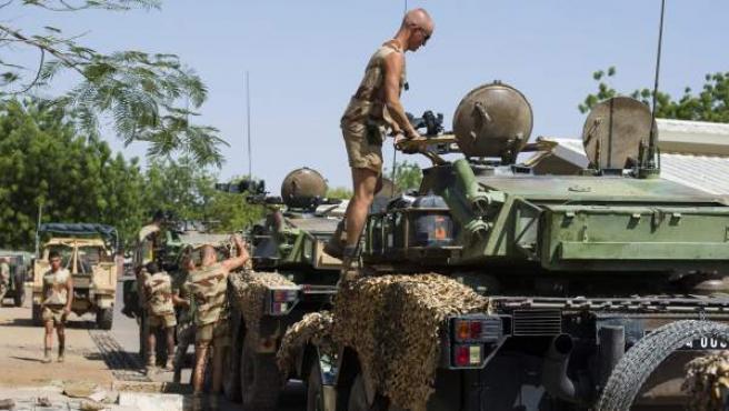 Soldados franceses mientras revisan su equipamiento el pasado domingo en Njdamena (Chad).