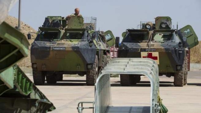 Soldados franceses, mientras revisan su equipamiento el pasado domingo en Njdamena (Chad).