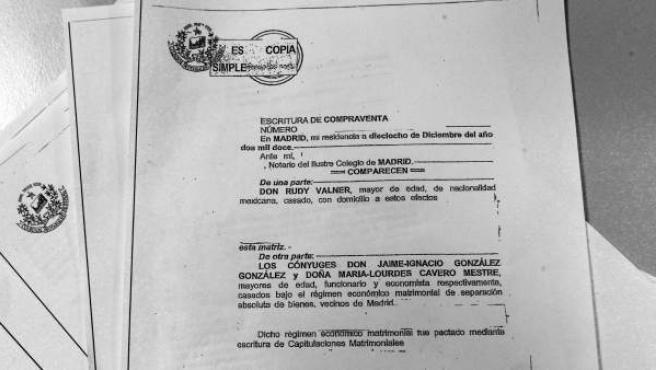 Escrituras de compraventa del ático de Marbella hechas públicas por Ignacio González para despejar las dudas sobre su adquisición.