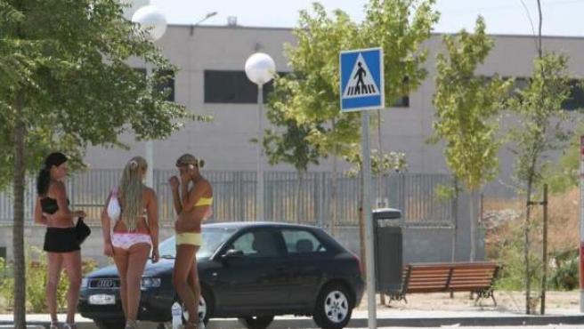Un grupo de prostitutas, en la colonia Marconi, en el distrito de Villaverde de Madrid.