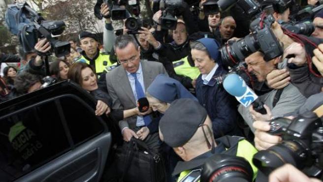 Sor María Gómez Valbuena, rodeada de los medios de comunicación.