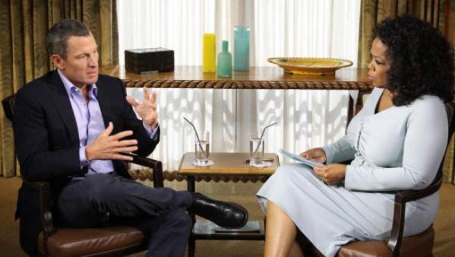 Lance Armstrong responde a las preguntas de Oprah Winfre, en una imagen de la entrevista.