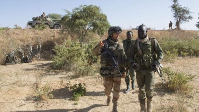 Un soldado francés conversa con un soldado maliense en el norte de Bamako (Mali),