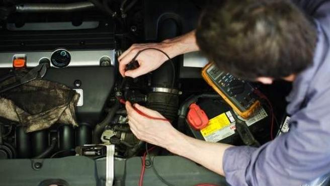 Un hombre trabaja en un taller mecánico.
