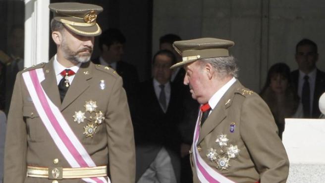 Los rumores sobre una posible abdicación del monarca en favor de su hijo y heredero, el príncipe Felipe, han aumentado considerablemente en estos 12 meses. La imagen corresponde a la Pascua militar del pasado 6 de enero.