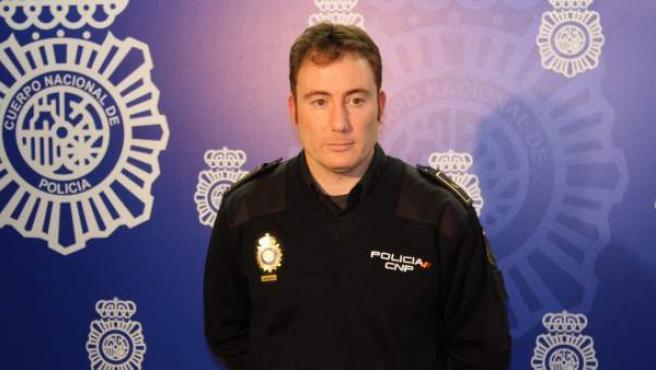 El agente Rubén G.A., que salvó la vida a una mujer al rescatarla de las vías del metro de Madrid cuando esta cayó desmayada.