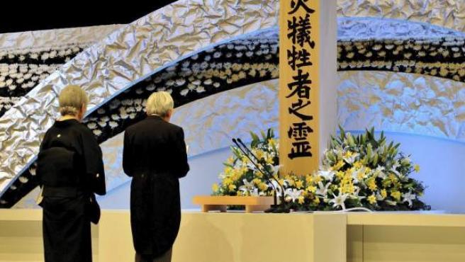 Los emperadores de Japón Akihito (derecha) y Michiko participan un acto conmemorativo por el primer aniversario del terremoto y posterior tsunami que arrasó la costa nororiental del país celebrado en Tokio (Japón).