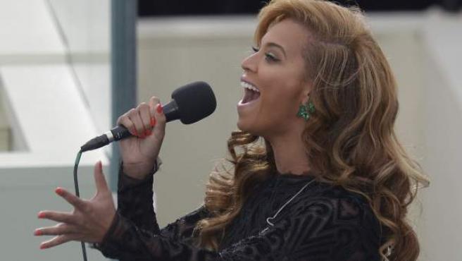 La cantante estadounidense Beyonce interpreta el himno nacional durante la ceremonia de investidura del segundo mandato de Barack Obama.