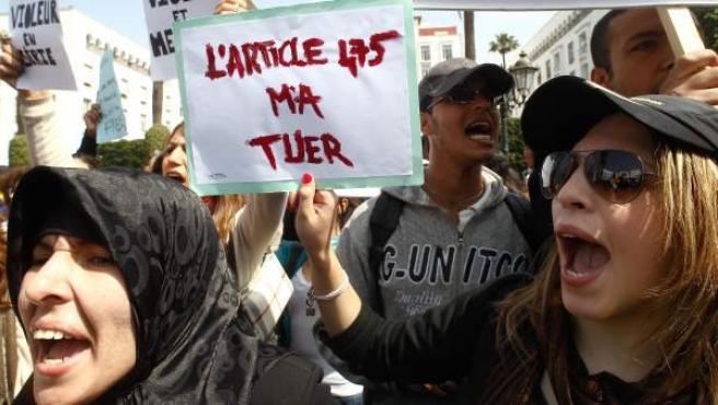 Un grupo de marroquíes porta un cartel que reza 'La ley 475 me mató' tras el suicidio de Amina Filali.