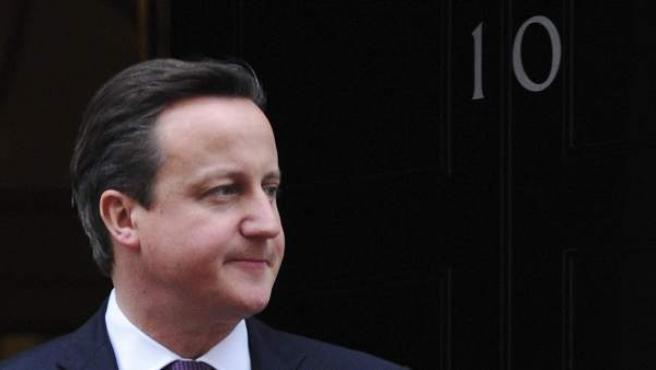 El primer ministro británico David Cameron, saliendo de su residencia oficial en Downing Street, Londres.