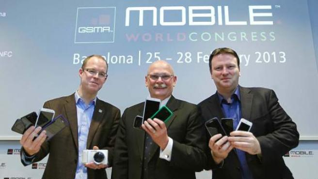 El analista de la empresa de estudios de mercado CCS, Ben Wood, y John Hoffman y Michael O'Hara, máximos responsables de GSMA, han presentadola feria Mobile World Congress 2013.