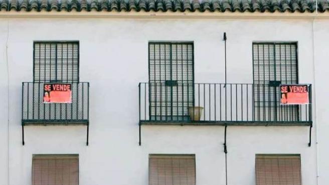 """Vivienda con el cartel de """"Se vende""""."""