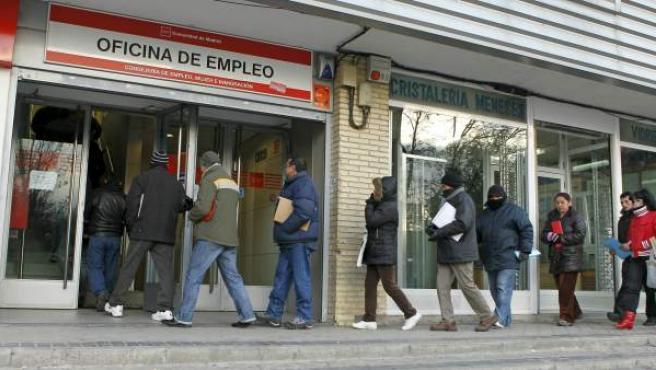 Un grupo de personas hace cola junto a una oficina de Empleo de Madrid.