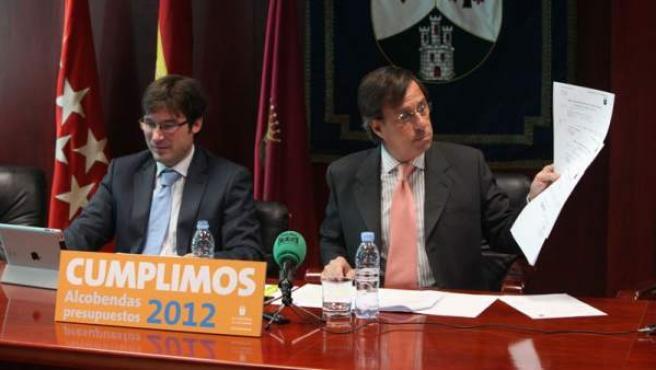Ignacio García de Vinuesa (derecha), alcalde de Alcobendas, durante la presentación de los presupuestos municipales para 2012.