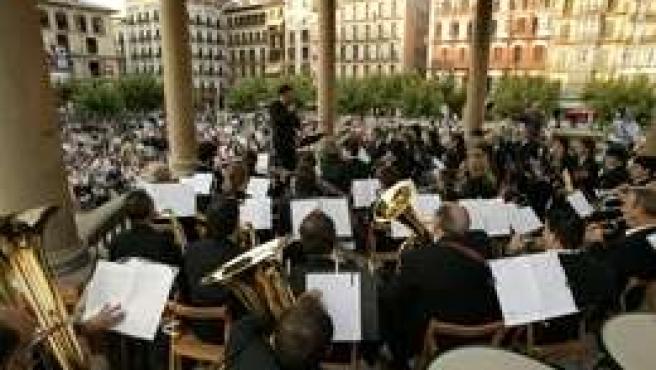La Banda De Música La Pamplonesa En Un Concierto En La Plaza Del Castillo.