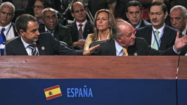 """Ocurrió en la XVII cumbre Iberoamericana en Chile. El rey Don Juan Carlos le espetó a Hugo Chávez """"¿Por qué no te callas?"""" después de que Chávez acusase a España de connivencia con el golpe de Estado de Venezuela de 2002 y acusase de """"fascista"""" a José María Aznar."""