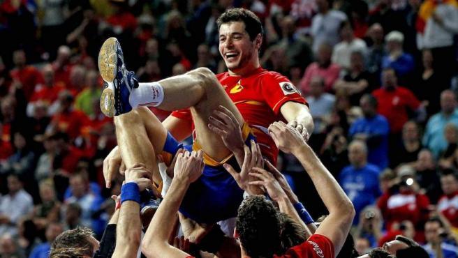 El capitán de la selección de balonmano, Alberto Entrerríos, manteado.