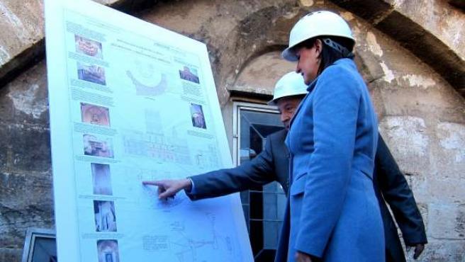 María José Català observa el plan de actuación en la Catedral de Valencia