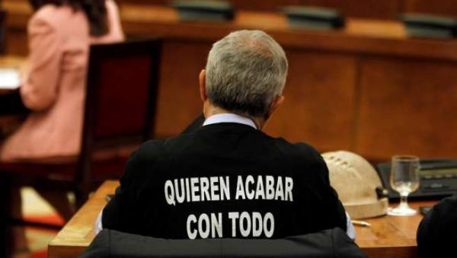 Gaspar Llamazares con el casco minero en el Congreso