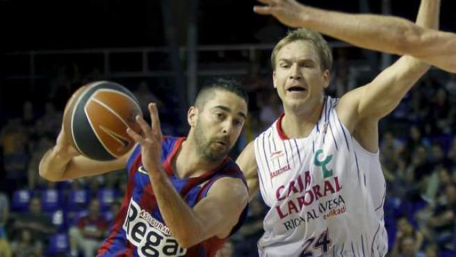 El escolta del FC Barcelona, Juan Carlos Navarro, intenta avanzar con el balón ante la oposición del escolta Brad Oleson, cuando aún militaba en el Caja Laboral.