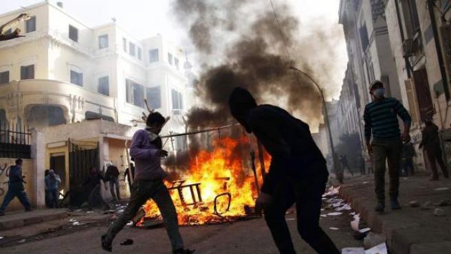 Disturbios entre manifestantes egipcios y las fuerzas de seguridad del país cerca de la plaza Tahrir, en El Cairo.