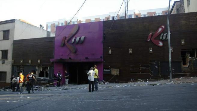 Autoridades permanecen en los alrededores de la discoteca 'Kiss' varias horas después de la tragedia.