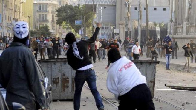 Manifestantes se enfrentan a las fuerzas de seguridad durante una protesta coincidiendo con el segundo aniversario de la revolución que derrocó a Hosni Mubarak.