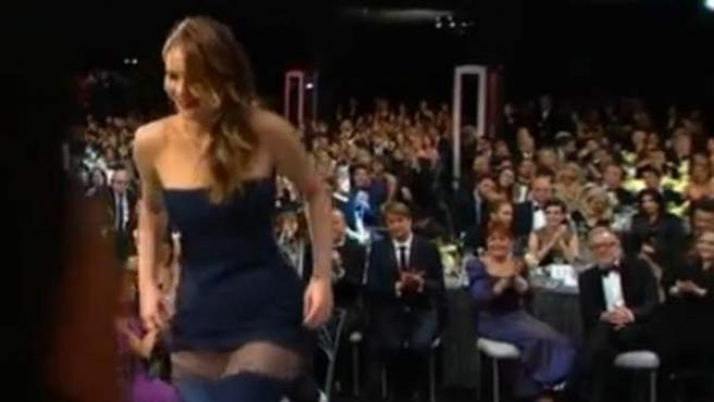 La actriz Jennifer Lawrence sufre un percance con su vestido en la gala de los premios SAG.