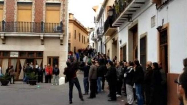 En el pueblo de El Puig (Valencia) se celebra una polémica fiesta que consiste en lanzarse entre ellos ratas muertas.