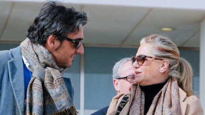 La exesposa de Julián Muñoz, Maite Zaldívar (dcha). conversa a la salida de la Audiencia de Mälaga.