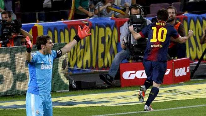 Messi supera a Casillas durante el clásico del Camp Nou.