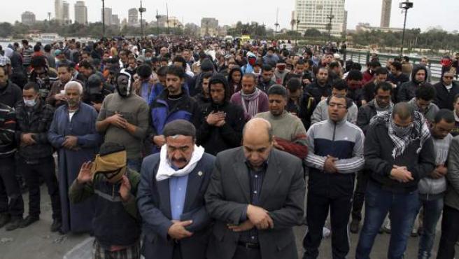 Numerosos manifestantes rezan el el puente Kasr el Nil durante una protesta en El Cairo, Egipto.