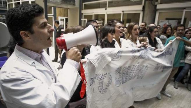 Un grupo de unos treinta profesionales del Hospital de La Princesa protesta en el hall de la Consejería de Sanidad.