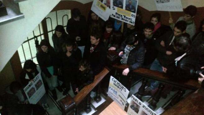Estudiantes bloquean la entrada al consejo.