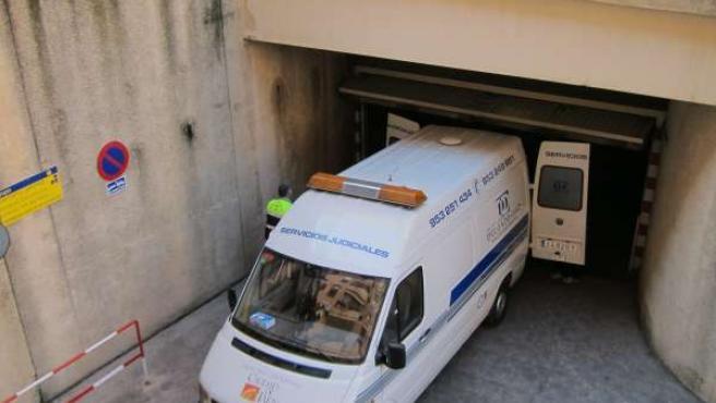El furgón de la funeraria en el momento de retirar el cadáver hoy