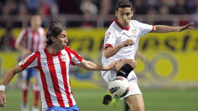 Jesús Navas y Filipe Luis durante el partido entre Sevilla y Atlético de Madrid.