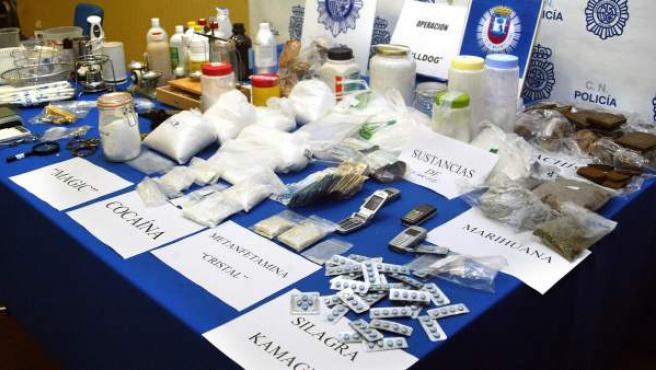 Muestrario de drogas incautadas por la policía durante una operación policial.