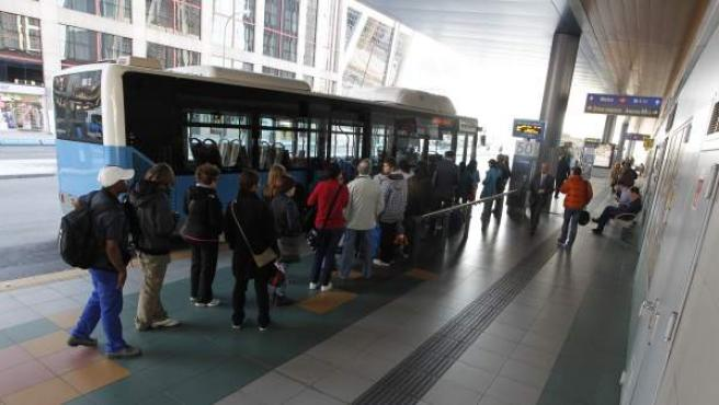 Un grupo de viajeros sube al autobús en Plaza de Castilla.