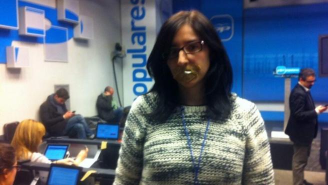 La periodista de '20minutos' Sara Ríos, en la protesta de nuestro medio en la sede popular ante la negativa del PP a responder preguntas: nos han tapado la boca.