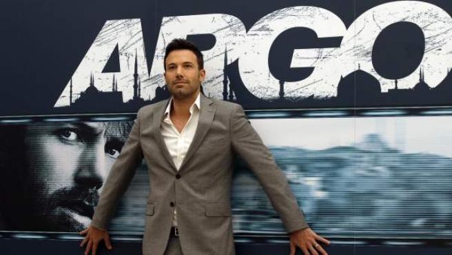 Ben Affleck delante de un cartel de la película 'Argo'.