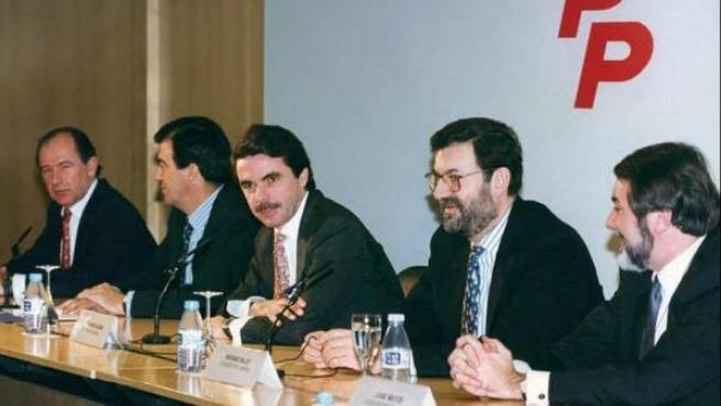 Fotografía del expresidente del Gobierno José María Aznar (c), con Rodrigo Rato, Francisco Álvarez-Cascos, Mariano Rajoy y Jaime Mayor (i a d) en 1996.