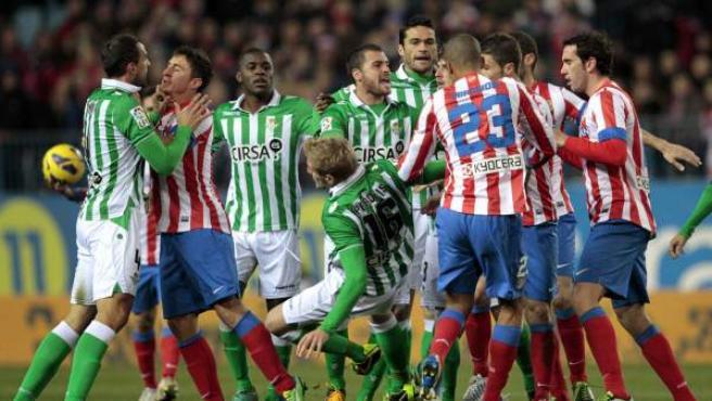 Tangana entre los jugadores de Atlético de Madrid y Betis.