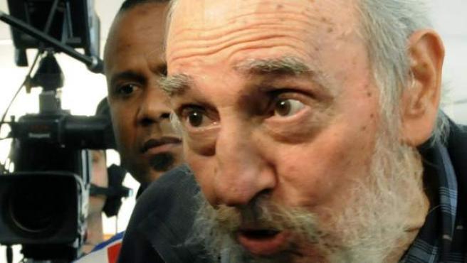 El líder cubano Fidel Castro conversa con la prensa después de ejercer su derecho al voto. El expresidente Castro acudió a votar a un colegio electoral por primera vez desde que enfermó y delegó el poder en 2006.